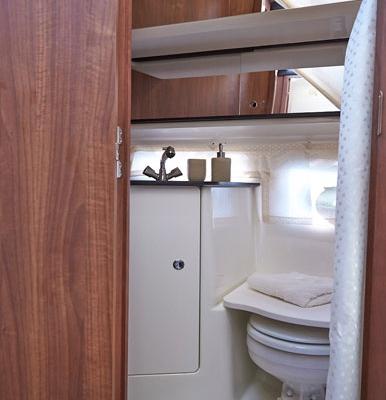 WC mit Wasserspülung bei DONAU YACHTEN - ihr exklusives Charter-Erlebnis