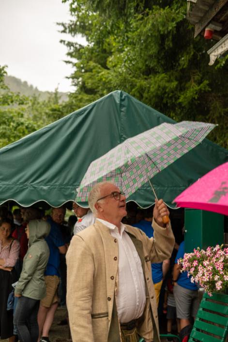 Gast mit Regenschirm